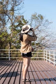 Kobieta relaksuje przy krajobrazowym punktem widzenia na górze