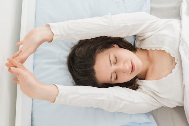 Kobieta relaksuje w jej łóżku