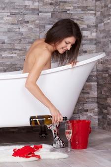 Kobieta relaksuje w kąpielowej tubce