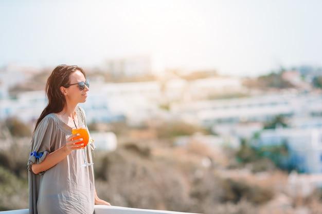 Kobieta relaksuje w luksusowym hotelowym kurorcie cieszy się idealnego wakacje letni wakacje