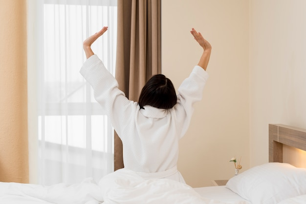 Kobieta relaksuje w pokoju hotelowym