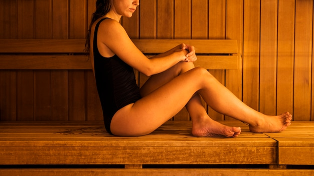 Kobieta relaksuje w sauna