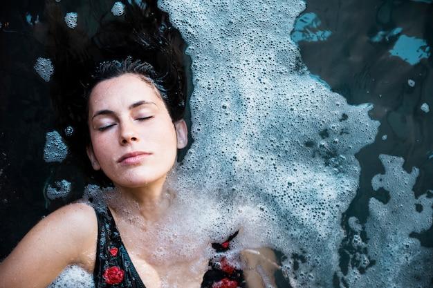 Kobieta relaksuje w zdroju