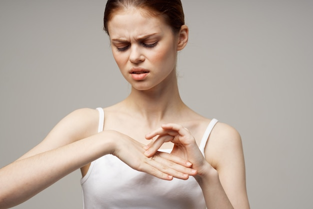 Kobieta reumatyzm ból ramion problemy zdrowotne na białym tle