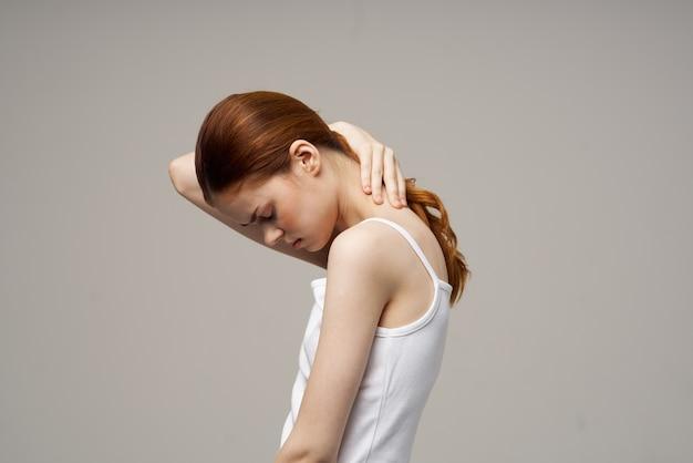 Kobieta reumatyzm ból szyi problemy zdrowotne jasne tło