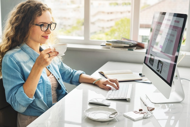 Kobieta rezerwuje bilet online