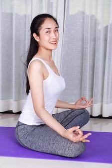 Kobieta robi ćwiczenia jogi na białym tle