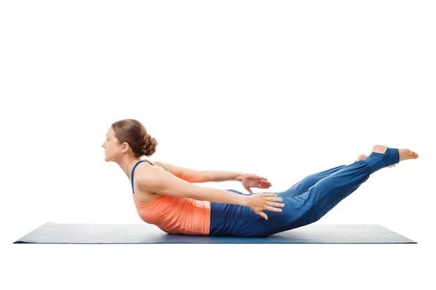 Kobieta robi ashtanga vinyasa yoga asana salabhasana
