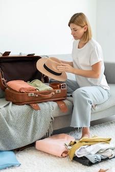 Kobieta robi bagaż na następne wakacje