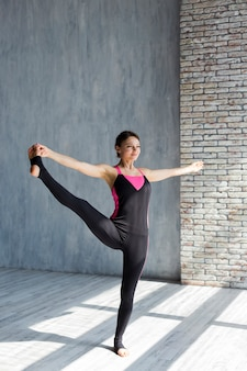 Kobieta robi boczne rozszerzenie nogi