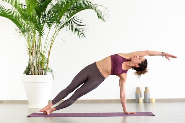 Kobieta robi bocznej deski pozie w joga