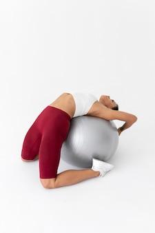 Kobieta robi ćwiczenia fitness