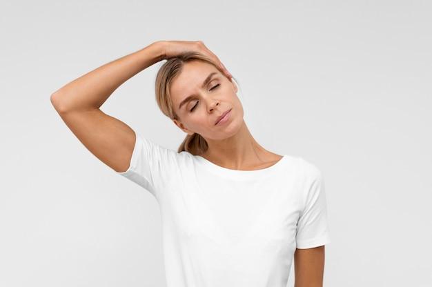 Kobieta robi ćwiczenia fizjoterapeutyczne na szyi