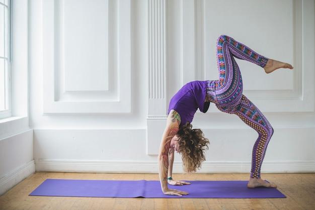 Kobieta robi ćwiczenia jednej nogi