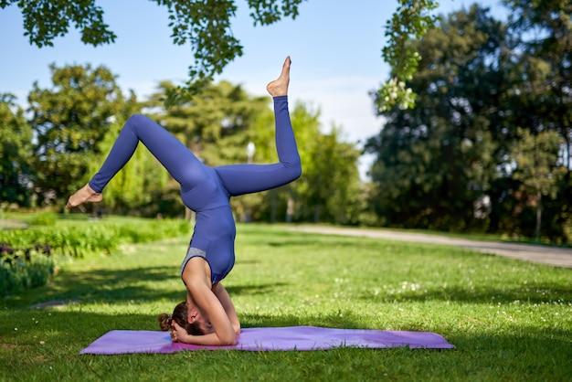 Kobieta robi ćwiczenia jogi przewyższa.