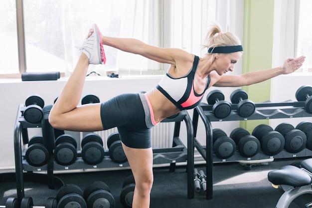 Kobieta robi ćwiczenia na siłowni