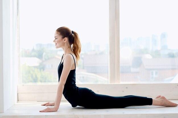 Kobieta robi ćwiczenia relaksacyjne jogi
