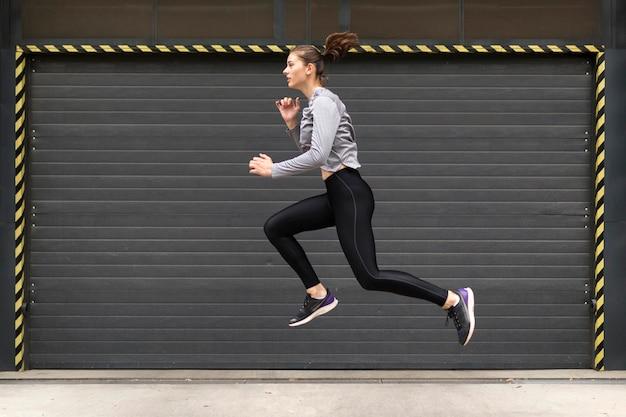 Kobieta robi ćwiczenia sportowe