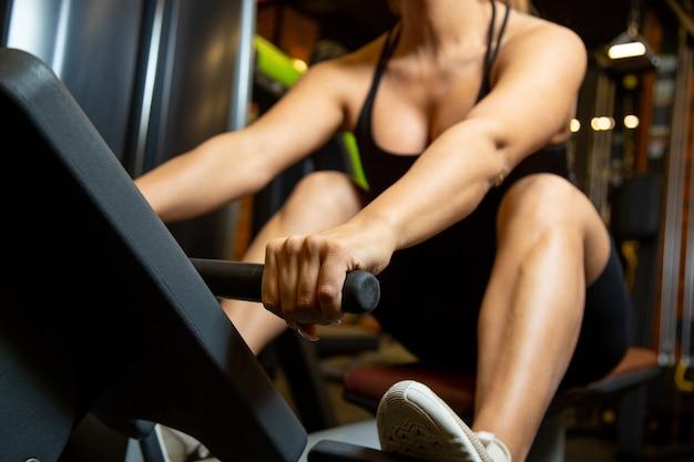 Kobieta robi ćwiczenia w siłowni