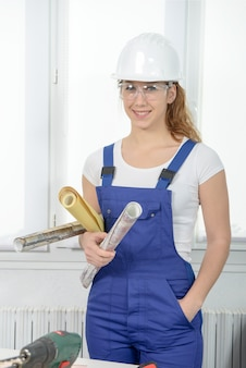 Kobieta robi diy pracy w domu
