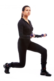 Kobieta robi fitness ćwiczenia z ciężarkami
