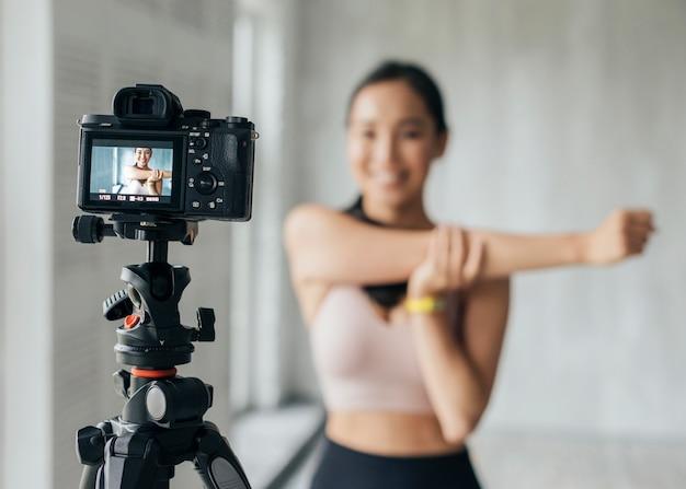 Kobieta robi fitness podczas transmisji na żywo