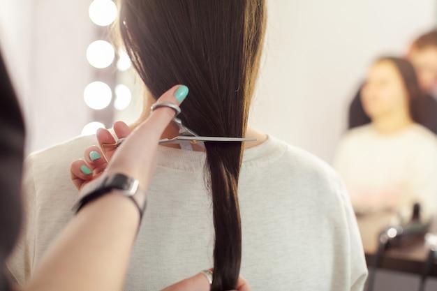 Kobieta robi fryzurę