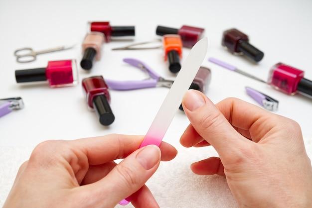 Kobieta robi jej manicure'owi w domu