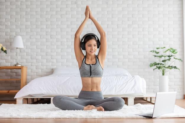 Kobieta robi joga lotos stanowią online kurs w domu