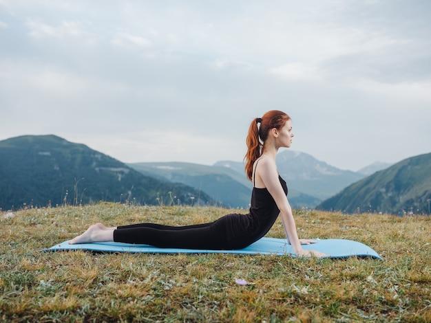 Kobieta robi joga na świeżym powietrzu w górach natura zdrowie