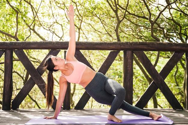Kobieta robi joga na zewnątrz