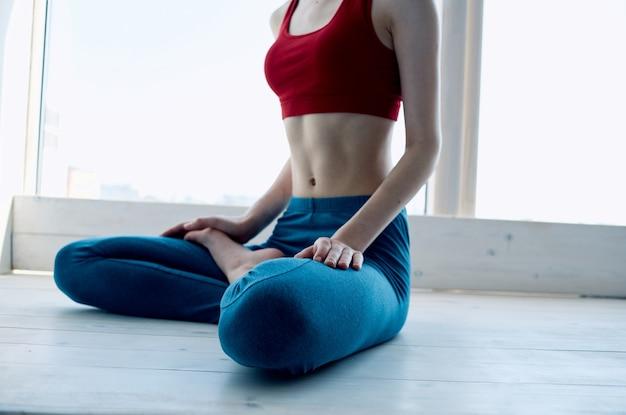 Kobieta robi joga pozycja lotosu ćwiczenia medytacja