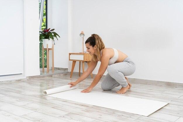 Kobieta robi joga sama w domu