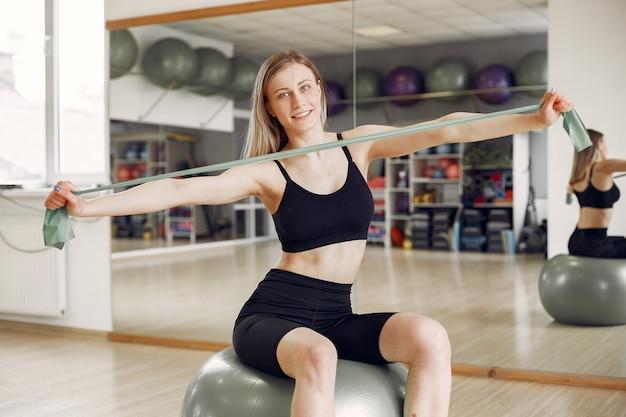 Kobieta robi joga. sportowy styl życia. stonowane ciało