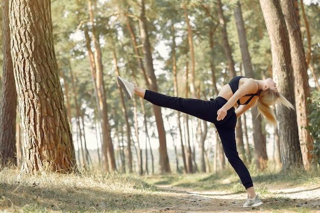 Kobieta robi joga w lesie latem