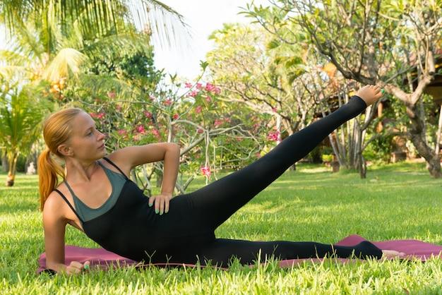 Kobieta robi joga w ogrodzie