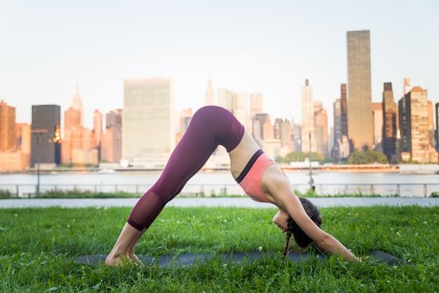 Kobieta robi joga w parku