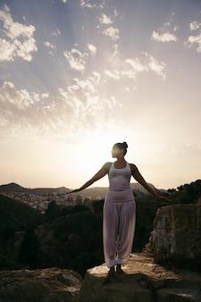 Kobieta robi joga w zboczu góry