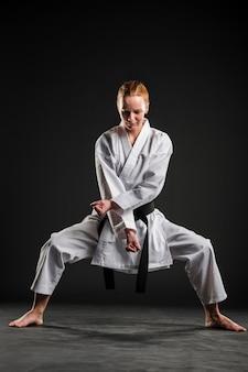 Kobieta robi karate stanowią pełny strzał