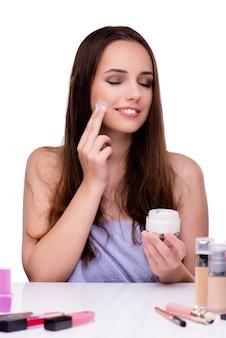 Kobieta robi makeup odizolowywającemu na bielu