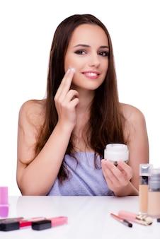 Kobieta robi makijażowi na bielu