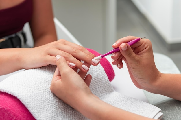 Kobieta robi manicure klienta
