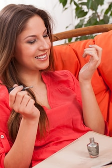 Kobieta robi manicure w domu
