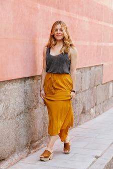 Kobieta robi moda wybiegu na ulicie