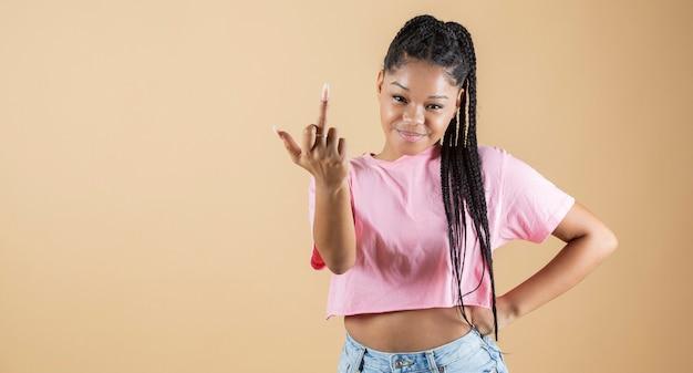 Kobieta robi nieprzyzwoity gest palcem cię pieprzyć