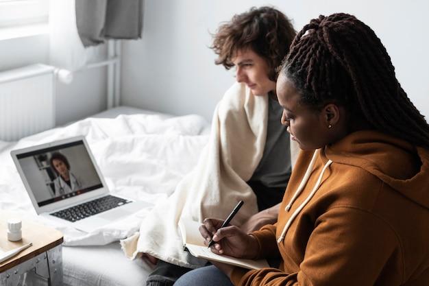 Kobieta robi notatki od lekarza swojej przyjaciółki