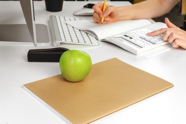 Kobieta robi notatkom w notepad w biurze