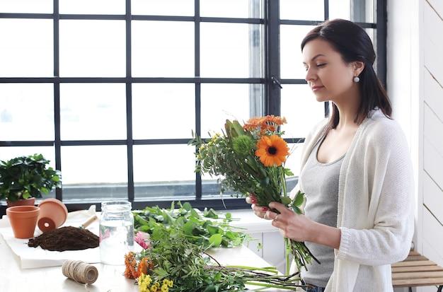 Kobieta robi pięknemu kwiecistemu bukietowi