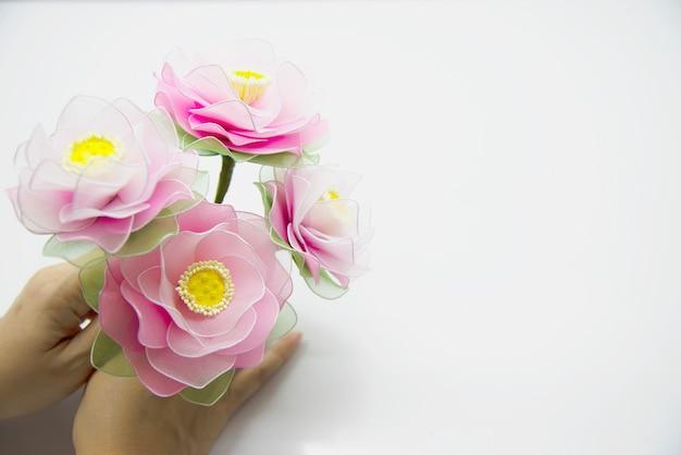 Kobieta robi pięknemu nylonowemu kwiatowi