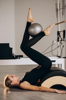 Kobieta robi pilates z piłką
